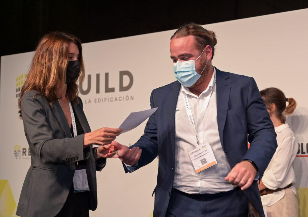 Foto de Rubén Sancho recibiendo el premio a mejor startup para